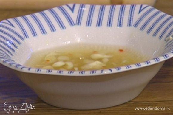 Приготовить заправку: соединить чеснок, имбирь и чили, добавить рыбный соус, 4 ст. ложки воды, сок лайма и сахар, все перемешать.