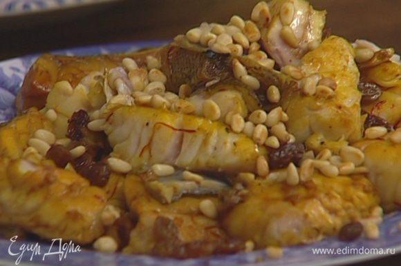 Рыбу выложить на тарелку, а соус уварить на сильном огне.