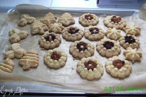 Печенье готово тогда,когда его края слегка порозовеют,с листа снимаются теплым