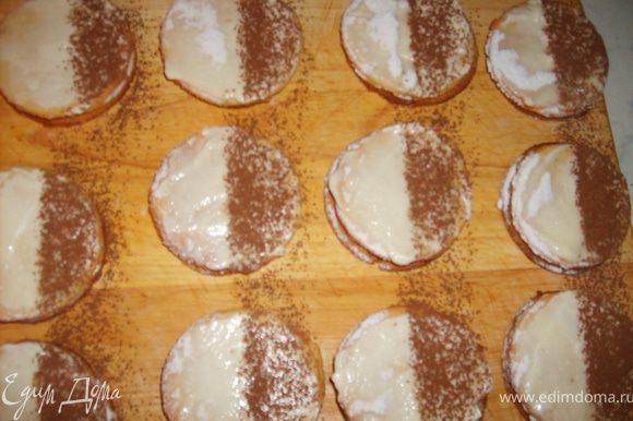 Посыпать на одну половинку печенья какао