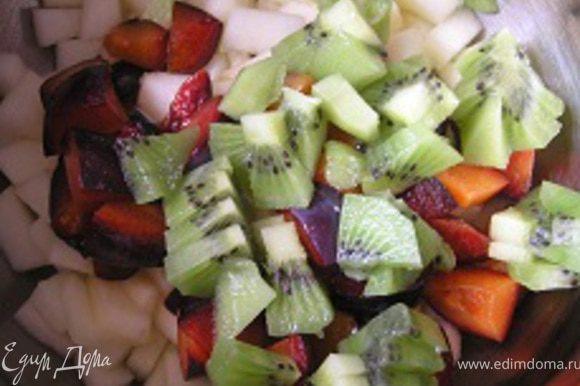 Киви очистить от кожуры, нарезать, добавить в салат. Затем присоединить смородину и все перемешать.
