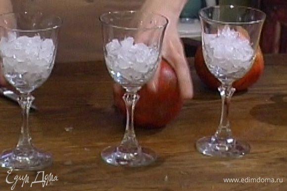 Лед раскрошить и разложить в три высоких бокала.