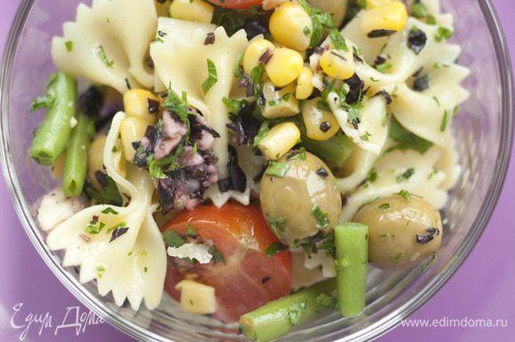 Готовые макароны выложить в салатницу, добавить кукурузу, фасоль, оливки, сыр и помидоры, все перемешать и полить заправкой.