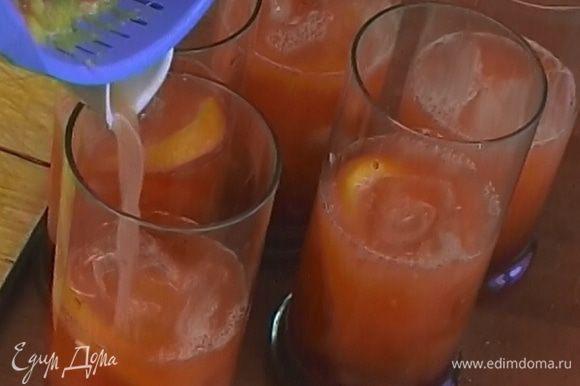 Добавить свежевыжатый апельсиновый сок, дольку апельсина и несколько кубиков льда.