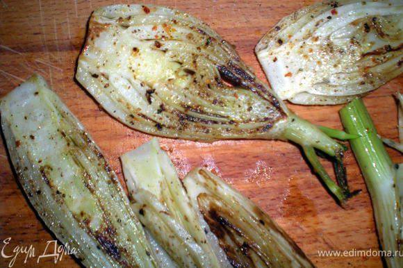 Сковороду разогреть,выложить фенхель и жарить на гриле по 3-5 мин.с каждой стороны.Немного остудить.