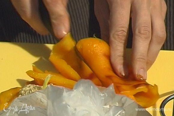 Снять с перца кожицу и нарезать его так же, как остальные овощи.