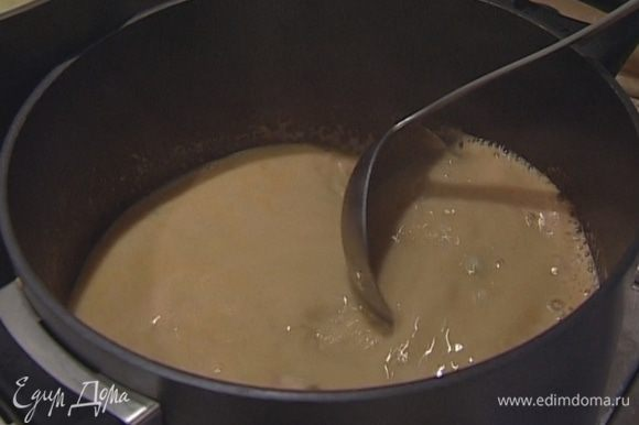 В получившийся суп влить сливки, добавить очищенные шейки раков и рис. Подавать тут же!