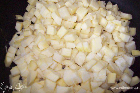 Кабачок моем , чистим, режем кубиком и тушим на подсолнечном масле до мягкости