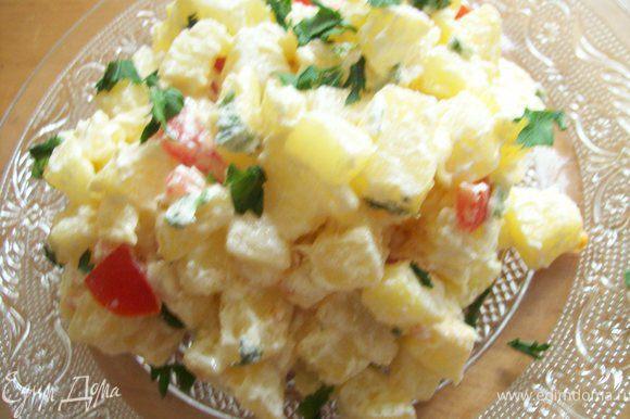 через пару минут добавляем нарезанный кубиками помидор и тушим еще 3-4 минуты. все..выкладываем на тарелки и добавляем зелень