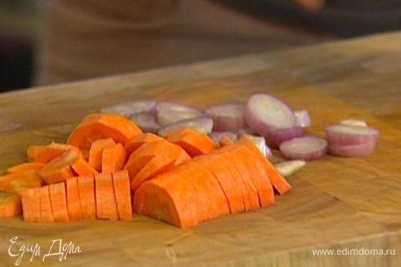 Лук, чеснок и морковь почистить и нарезать.