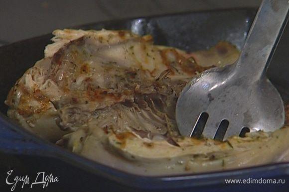 Сковороду-гриль хорошенько разогреть. Жарить цыплят на медленном огне по 15 минут с каждой стороны.