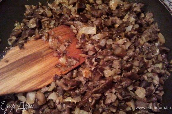 Готовим фарш. С грибов хорошенько сцедить воду. Порубить на мелкие кусочки. Нашинковать 2 луковицы. Спассеровать на растительном масле, добавить грибы. Протушить грибы с луком, посолить, поперчить. Дать остыть.
