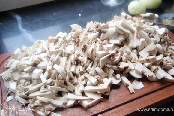 Нарезаем довольно мелко грибы.
