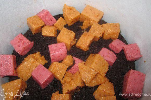 Выложить часть ягодного мусса, порезанного кубиками.