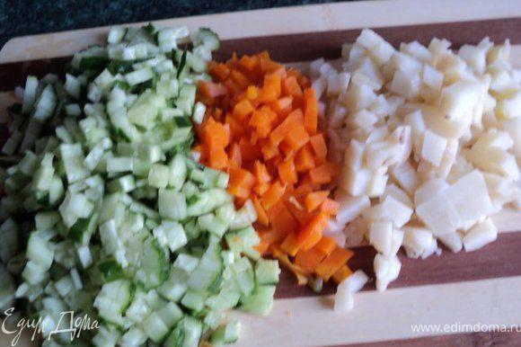 Отварить картофель, морковь, яйца. Почистить и охладить. Порезать мелко огурцы, картофель, морковь. Можно еще добавить редиску, но у меня в данный момент не было.