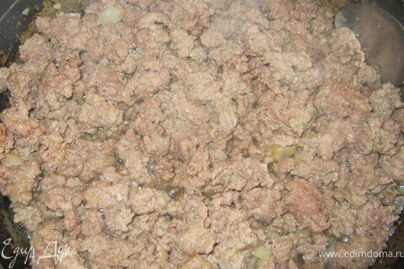 В разогретой сковороде поджарить на масле мелко порезанный лук.К нему добавить мясной фарш посолить,поперчить,жарить до испарения жидкости