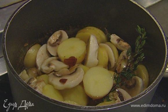 Добавить еще 2 ст. ложки оливкового масла, тимьян, посолить и поперчить, влить 3–4 ст. ложки воды. Накрыть крышкой и тушить на медленном огне 20–25 минут.