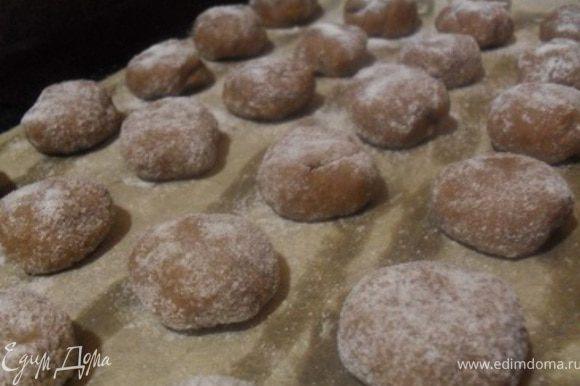Выложить шарики на смазанный маслом противень, выпекать печенье около 10-12 минут.