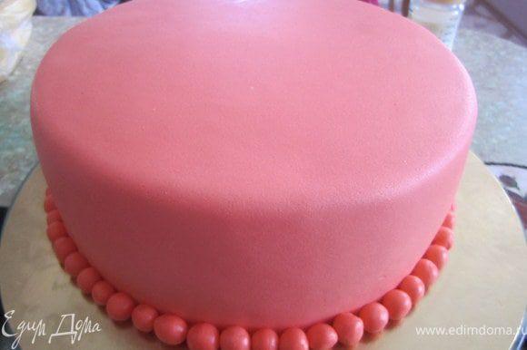 А теперь второй вариант. Покрываем торт мастикой. катаем из мастики маленькие шарики и выкладываем по краю тортика.