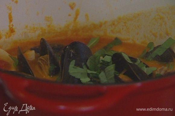 Суп разлить по тарелкам, в центр каждой выложить мидии в раковинах, присыпать базиликом.