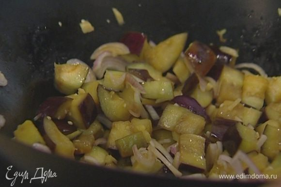 Имбирь, чеснок, лук-шалот, чили и кинзу добавить к баклажанам.