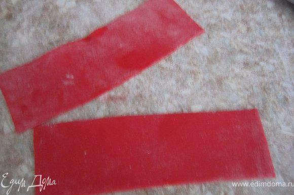 Для большого банта. Раскатать мастику и вырезать две одинаковые широкие полоски.