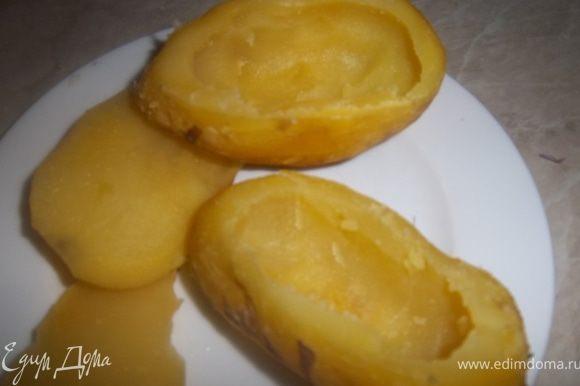 Вычистить сердцевину у большей половинки картофеля. Это удобно делать специальной ложкой для удаления сердцевидок.