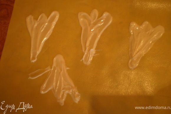 """Чтобы сделать фигуру, как я ее называю, """"крылья ангела"""", на файлик наливаем несколько капель шоколада и ложкой размазываем, формируя как бы крыло."""