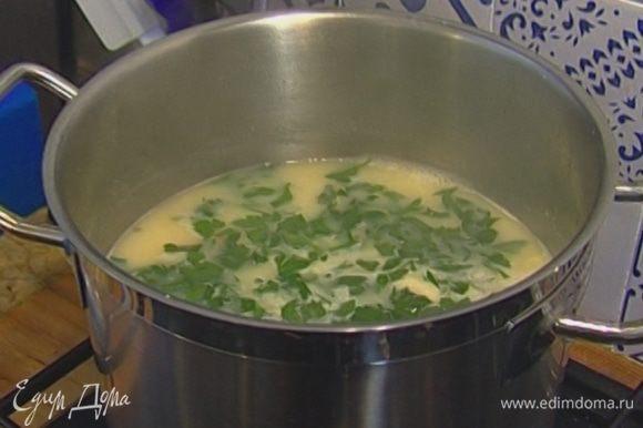 Вынуть из готового супа лавровый лист, разлить в тарелки, добавить петрушку.
