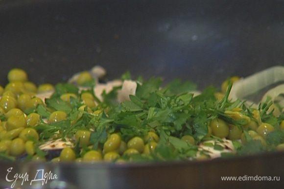 Выложить в сковороду рыбу и жарить ее по 1–2 минуты с каждой стороны, затем добавить горошек и петрушку.