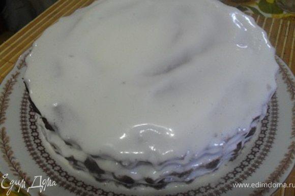 Коржи пропитать, прослоить кремом, собрать торт.Верх торта полить оставшимся кремом.