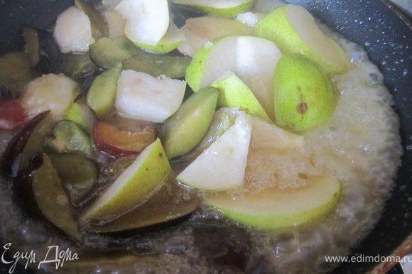 На сковороде растопить масло, добавить сахар и 3-4 ст.л. воды. Когда масса станет пенится и золотится, добавить фрукты.