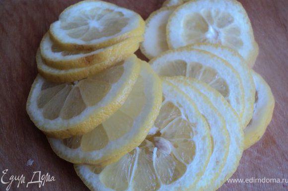 Лимон и апельсин порезать колечками.