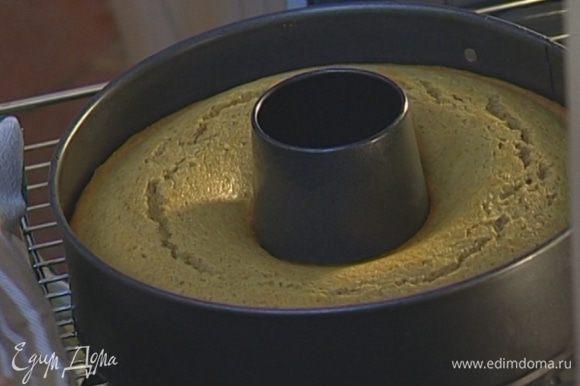 Форму смазать оставшимся сливочным маслом, выложить в нее тесто и выпекать 40 минут.
