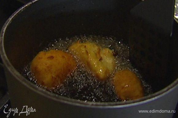 Ложкой формировать небольшие пончики и жарить их в масле, а затем выкладывать на бумажное полотенце, чтобы избавиться от лишнего жира.