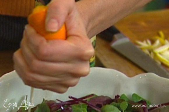 Листья салата разложить на блюде, сбрызнуть оливковым маслом, полить апельсиновым соком, присыпать листьями тимьяна.
