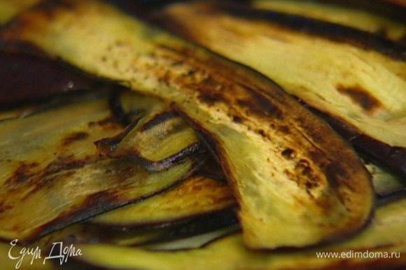 Разогреть в сковороде 1 ст. ложку оливкового масла и обжарить баклажаны с двух сторон до золотистой корочки, затем выложить на бумажное полотенце, чтобы удалить излишки жира.