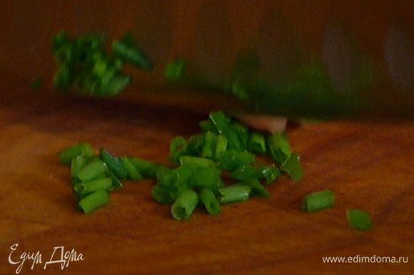 Шнитт-лук мелко порубить. Добавить к фасоли горчицу и шнитт-лук, посолить и поперчить.