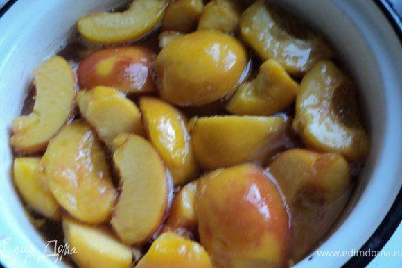 В воду добавить сахар, прокипятить, положить очищенные персики и проварить 15-20мин. Затем долить спиртное ( у меня был коньяк ), размешать.