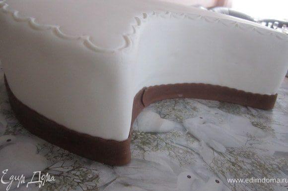 Слегка смочив низ торта водой, прикрепить ленточку. Остатки обрезать.