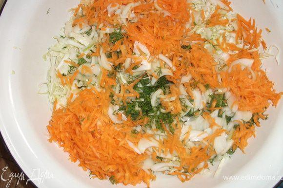 """Сначала готовим """"фарш"""": порезать мелко капусту, лук, чеснок, морковь натереть на терке. Всё посолить."""