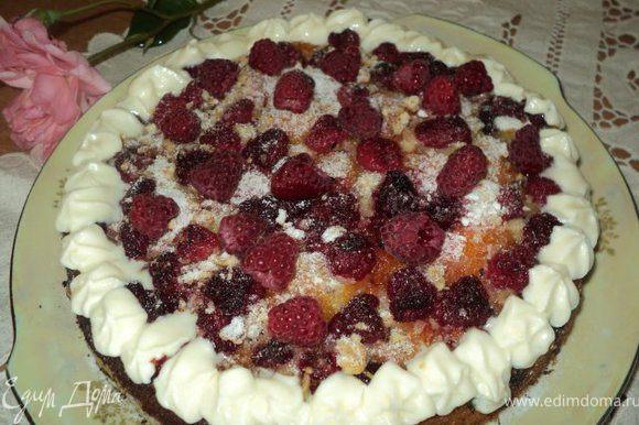 Сверху пирог посыпать сахарной пудрой, украсить взбитыми сливками.