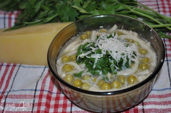 Когда сварится паста, приправьте суп солью и перцем. При подаче посыпьте петрушкой и сбрызните оливковым маслом. Я еще посыпала пармезаном.