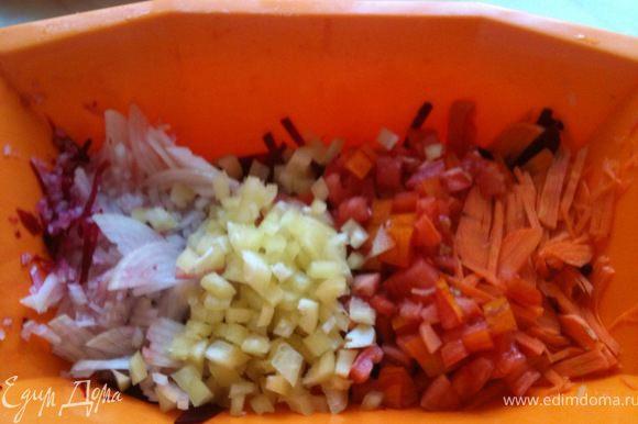 Помидор и болгарский перец нарезать мелкими кубиками.