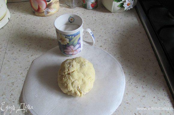 Смешиваем сметану и яйцо, добавляем 1 ст.ложку растопленного масла, соль и просеянную муку. Замешиваем тесто. Оно должно быть достаточно крутым, но так, чтобы Вы могли его раскатать:)