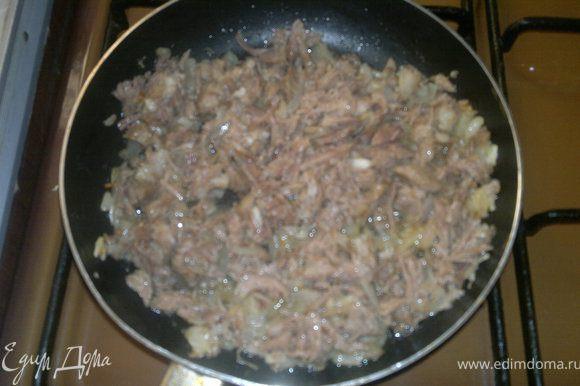 масло отвариваем,рвём на кусочки)) или режем и жарим с луком