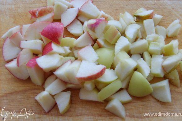 Приготовим начинку: Яблоки режем кубиками