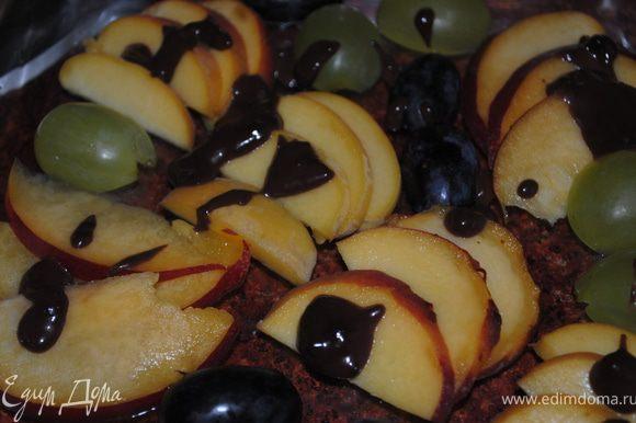 Красиво нарезаем фрукты и выкладываем в форму. Растворить желатин. С апельсина выдавить сок, и приготовить желе, залить им фрукты. Заморозить.