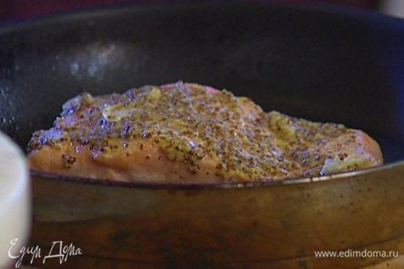 Смазать получившимся соусом верхнюю часть рыбы, уложить ее кожей вниз на разогретую сухую сковороду, которую можно ставить в духовку, и жарить около 3 минут, затем отправить на 5−6 минут в разогретую духовку под гриль.