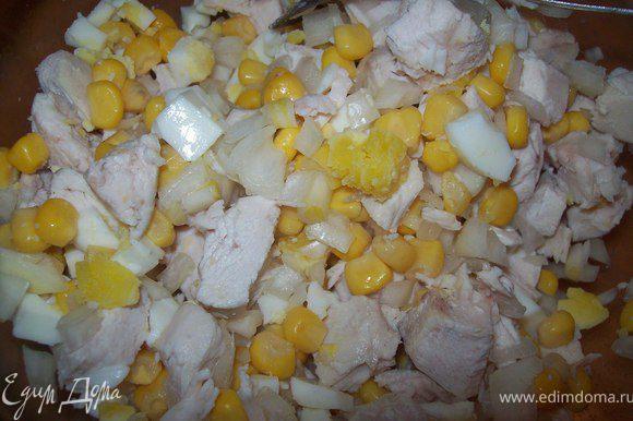 нарезаем кубиками куриную грудку, яйка и лук, добавляем кукурузу и все перемешиваем.